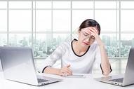 头痛的职业女性图片