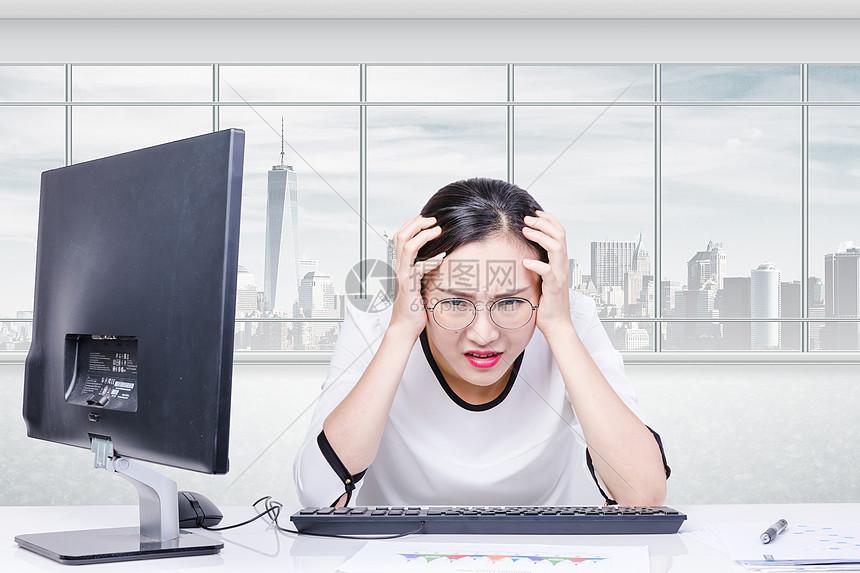 头痛的职场女性图片