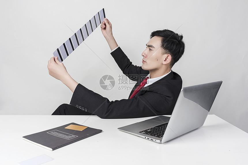 商务人士看信用卡图片