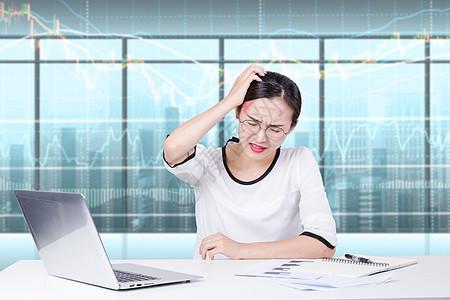 被数据困扰头疼的女性图片
