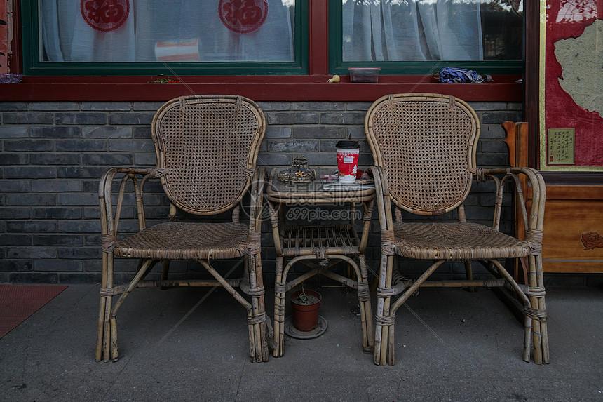 四合院晒太阳用的藤椅图片