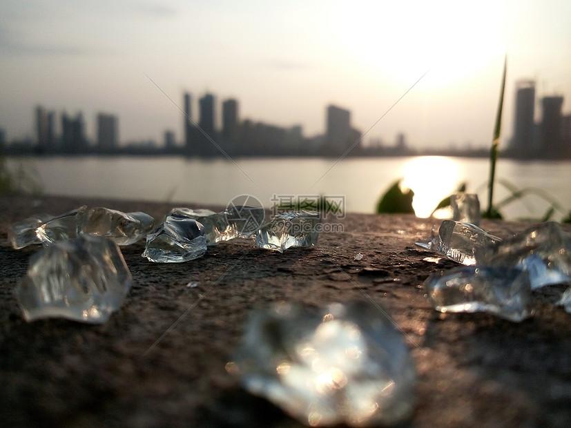 碎了一地的玻璃渣图片