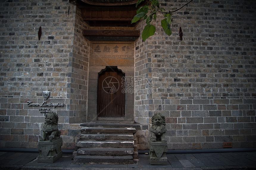 古典的门与石狮子图片