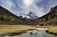 稻城亚丁雪山和湖泊500758231图片