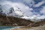 稻城亚丁雪山和湖泊图片