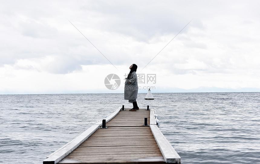 湖边少女图片