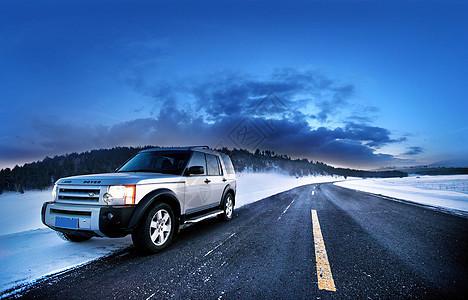 雪天公路旁的越野车图片