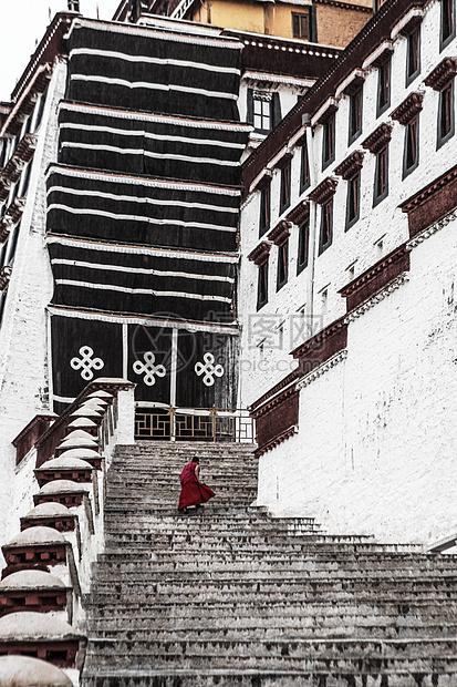 布宫喇嘛的背影图片