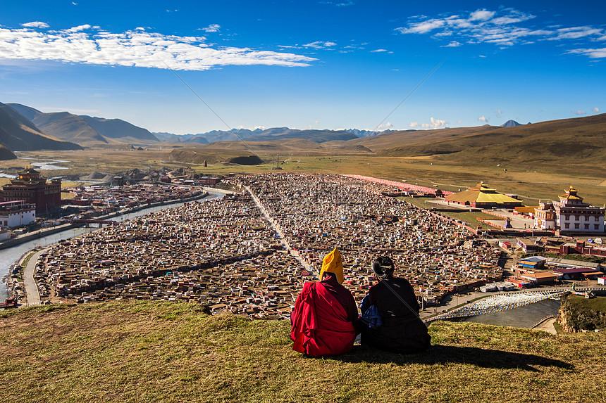 僧人俯瞰亚青寺图片