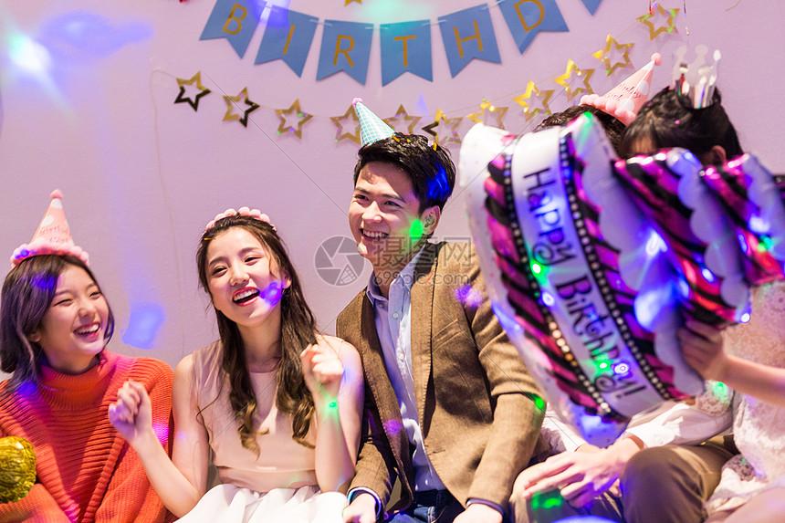 年轻男女聚会狂欢图片