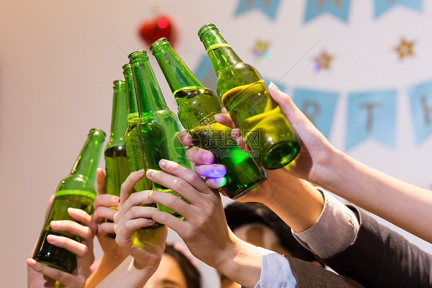 聚会生活举杯庆祝喝酒干杯图片