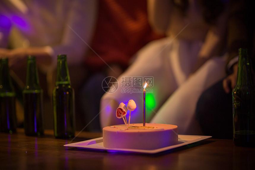 点着蜡烛的生日蛋糕图片