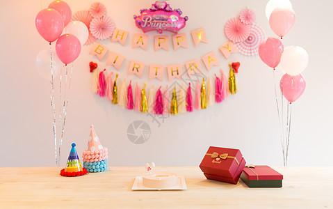 生日聚会礼物和蛋糕图片