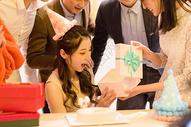 年轻美女生日聚会朋友送礼物图片