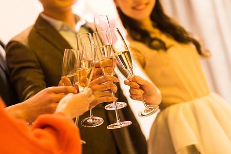 年轻男女聚会喝酒碰杯图片