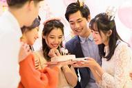 年轻男女生日聚会500758558图片