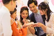 年轻男女生日聚会图片