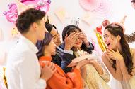 年轻男女生日聚会500758562图片