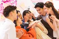 年轻男女生日聚会500758563图片