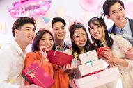 年轻男女生日聚会狂欢图片