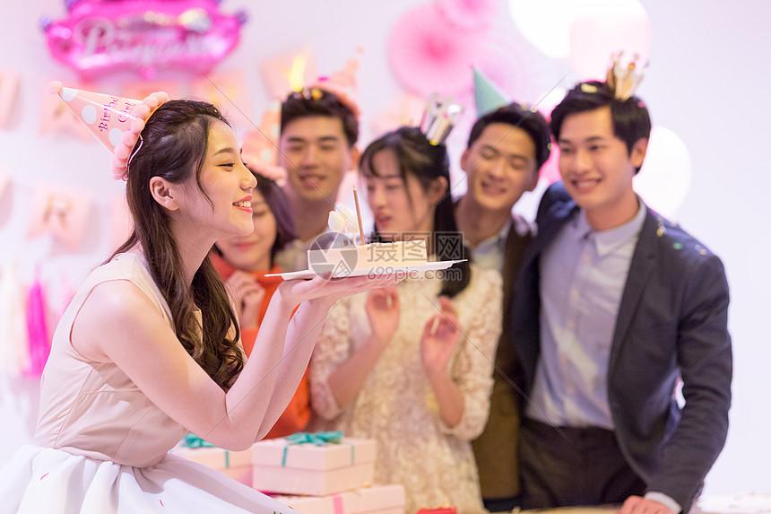 生日聚会手捧生日蛋糕的女生图片