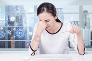 工作头痛的女性图片