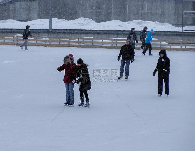 国外下雪滑冰的人们图片