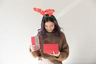 拿着圣诞礼物的甜美女生图片