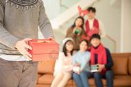 圣诞节送礼物特写500759069图片