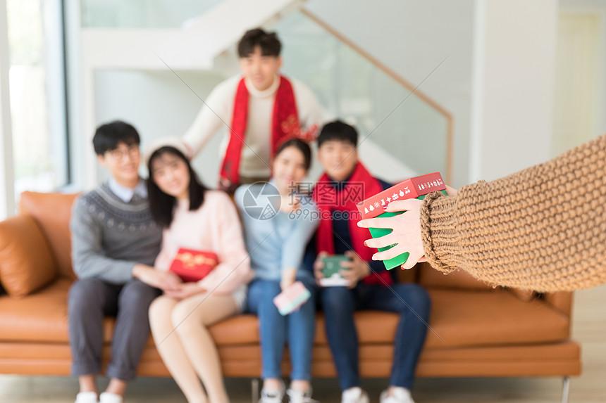 圣诞节送礼物特写图片