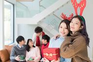 拿着圣诞礼物的闺蜜图片