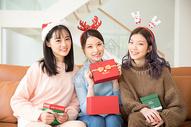 圣诞节互送礼物的闺蜜图片