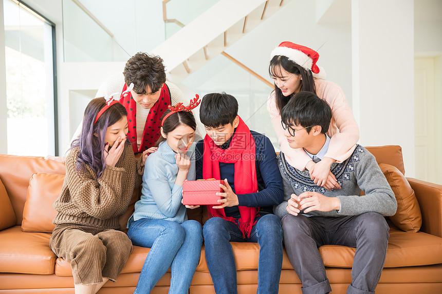 圣诞聚会朋友互送礼物图片