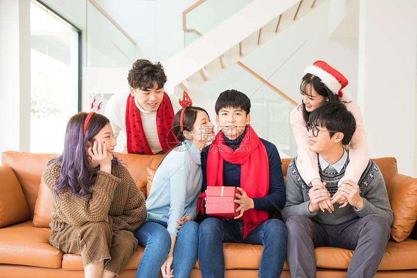 圣诞聚会情侣互送礼物图片