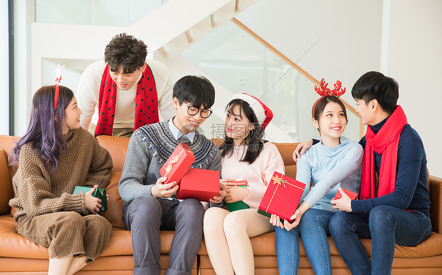 圣诞节朋友聚在一起互送礼物图片