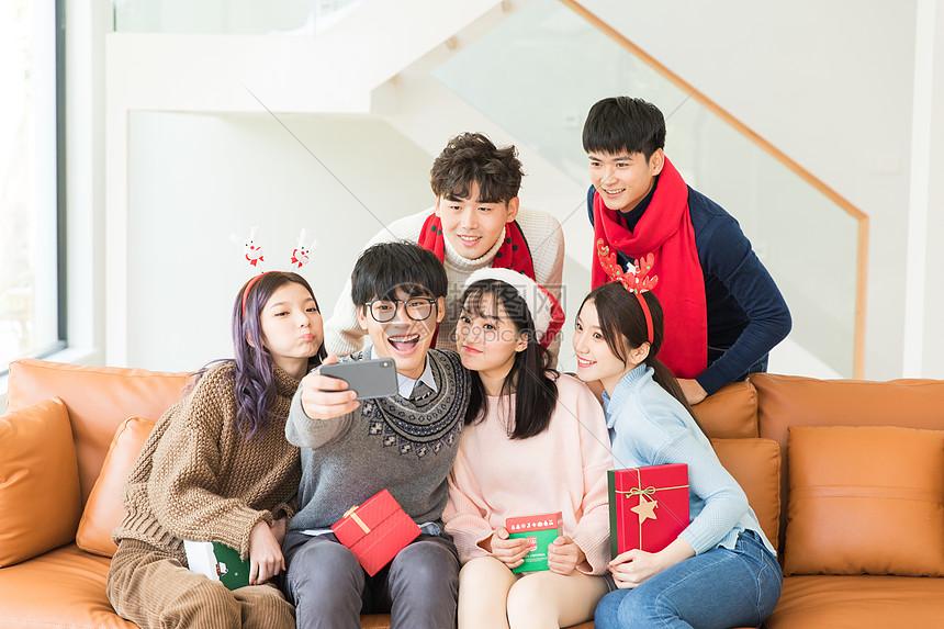圣诞节朋友们聚会自拍图片