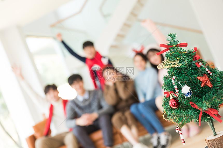 年轻人聚会圣诞节圣诞树特写图片