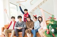青年聚会朋友们一起看电视500759124图片