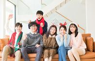 青年聚会朋友们一起看电视500759128图片