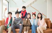 青年聚会朋友们一起看电视500759129图片