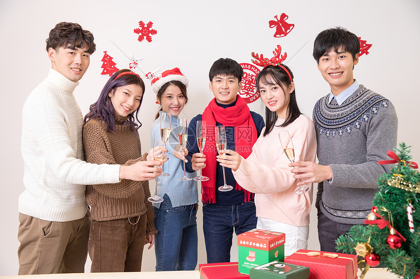 圣诞聚会喝酒碰杯干杯图片