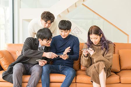 一起坐在沙发上打游戏的年轻人图片
