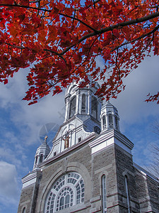 加拿大小镇的深秋红叶和教堂图片