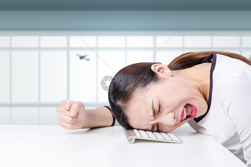 头痛抓狂的女性图片