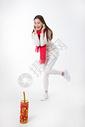新年女性玩红鞭炮棚拍图片