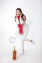 新年女性玩红鞭炮棚拍500759417图片
