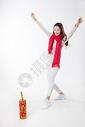 新年女性玩红鞭炮棚拍500759424图片