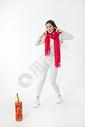 新年女性玩红鞭炮棚拍500759427图片