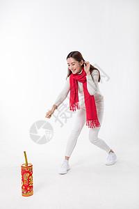 新年女性玩红鞭炮棚拍高清图片