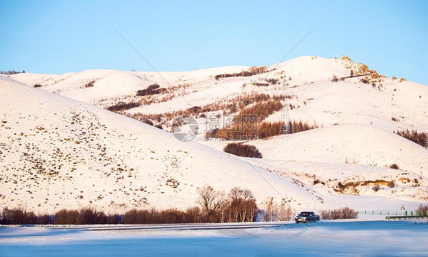 冬天内蒙阿尔山下行驶过的越野车图片